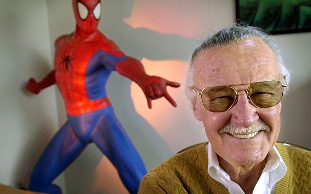 """Sur cette photo d'archive du 16 avril 2002, Stan Lee, créateur de bandes dessinées telles que """"Spider-Man"""", """"The Incredible Hulk"""" et """"X-Men"""", sourit lors d'une séance photo dans son bureau de Santa Monica , Californie. (Crédit : AP / Reed Saxon, Fichier)"""