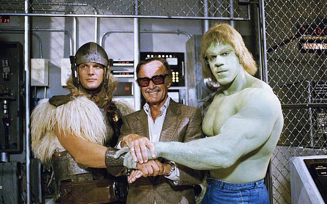 """Dans cette photo du 9 mai 1988, l'imprésario de bandes dessinées Stan Lee, au centre, pose avec Lou Ferrigno, à droite, et Eric Kramer, qui représente respectivement """"The Incredible Hulk"""" et Thor dans un film spécial pour NBC, """"The Incredible Hulk Retours, '9 mai 1988, Los Angeles, Californie. (Crédit : AP / Nick Ut, Fichier)"""