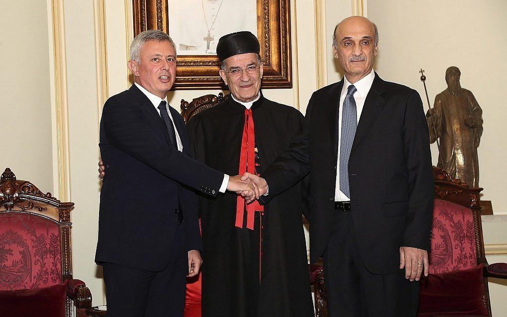 Samir Geagea, chef des Forces libanaises, à droite, serre la main de Sleimane Frangié, en présence du patriarche Béchara Rahi à Beyrouth, le 14 novembre 2018. (Crédit : Aldo Ayoub/Agence de presse libanaise via AP)