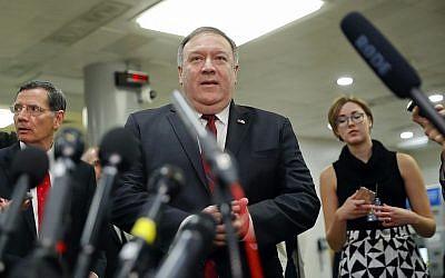 Le secrétaire d'Etat Mike Pompeo s'adresse aux médias après une réunion à huis-clos sur l'Arabie saoudite, au Capitole, à Washington DC, le 28 novembre 2018. (Crédit : AP /Pablo Martinez Monsivais)