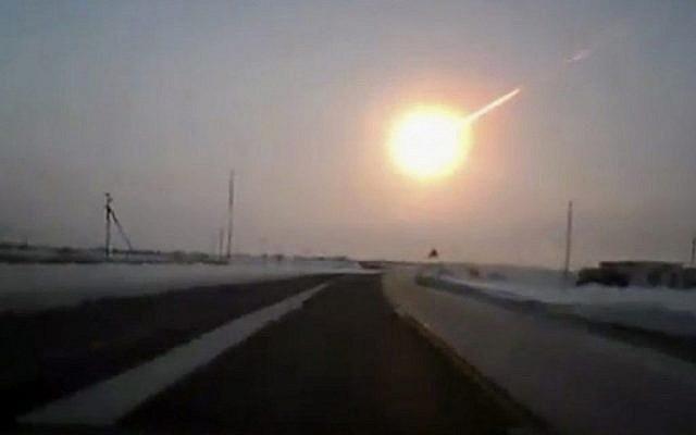 En février 2013, une météorite sillonne le ciel de l'Oural russe, provoquant des explosions violentes et blessant des centaines de personnes, dont beaucoup sont blessées par des bris de verre. (AP Photo/Nasha gazeta, www.ng.kz)