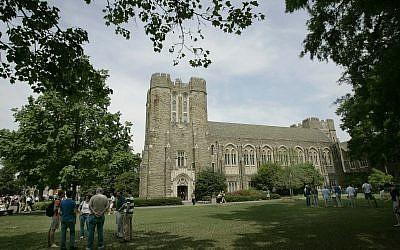 Des visiteurs sur le campus de la Duke University à Durham, en Caroline du nord, le 24 avril 2006 (Crédit : AP Photo/Gerry Broome)