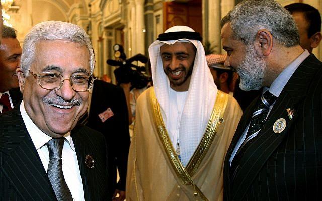 Le ministre des Affaires étrangères des EAU Abdullah Bin Zayed Al-Nahyan, au centre, partage un moment léger avec le chef de l'Autorité palestinienne Mahmoud Abbas, à gauche, et le leader du Hamas, Ismail Haniyeh, après l'ouverture du Sommet arabe à Riyadh, le 28 mars 2007. (Crédit : AP Photo/Awad Awad, Pool)