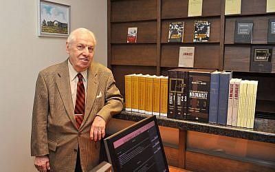 Le professeur émérite de l'université CUNY et directeur de l'institut Rosenthal   Randolph Louis Braham, le 11 octobre 2011 (Crédit :  AP Photo/MTI, Lajos Soos)
