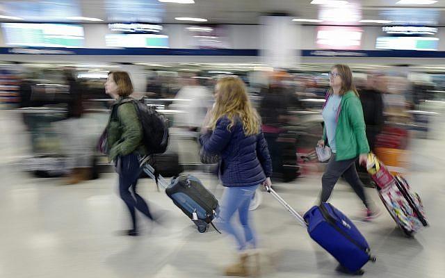 Photo d'illustration : des passagers dans la gare de Penn Station à New York, au mois de novembre 2016 (Crédit : AP/Mark Lennihan)
