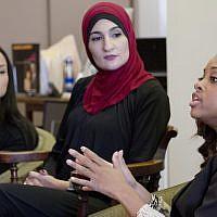 Tamika Mallory, à droite, co-présidente de la Women's march à Washington, durant un entretien avec les co-présidentes Carmen Perez, à gauche, et Linda Sarsour, le 9 janvier 2017 (Crédit : AP Photo/Mark Lennihan)