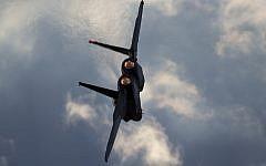 Une photo prise le jeudi 29 décembre 2016 montre un avion F-15 de l'armée de l'air israélienne en vol lors d'une cérémonie de remise des diplômes pour les nouveaux pilotes à la base aérienne de Hatzerim près de la ville de Beer Sheva, en Israël. (AP/Ariel Schalit)