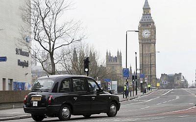 A titre d'illustration : un taxi noir passe devant le pont Westminster de Londres, le 23 mars 2017 (Crédit : AP Photo/Tim Ireland)