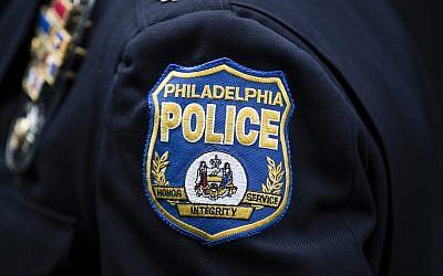 Un insigne de la police de Philadelphie. (Crédit : AP/Matt Rourke)