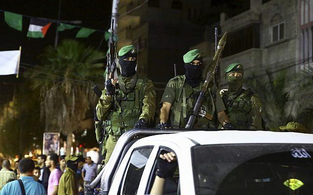 Des membres des brigades Ezzedine al-Qassam Brigades, aile militaire du Hamas, marquant la journée Al-Quds (Jérusalem) au camp de réfugiés de Nusseirat, dans le centre de la bande de Gaza, le 23 juin 2017 (Crédit :  AP/Adel Hana)