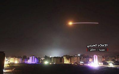 Des missiles anti-aériens syriens répondent aux missiles israéliens lancés contre des postes de défense anti-aériennes et des bases militaires à Damas, en Syrie, le 10 mai 2018 (Crédit :  Syrian Central Military Media, via AP)