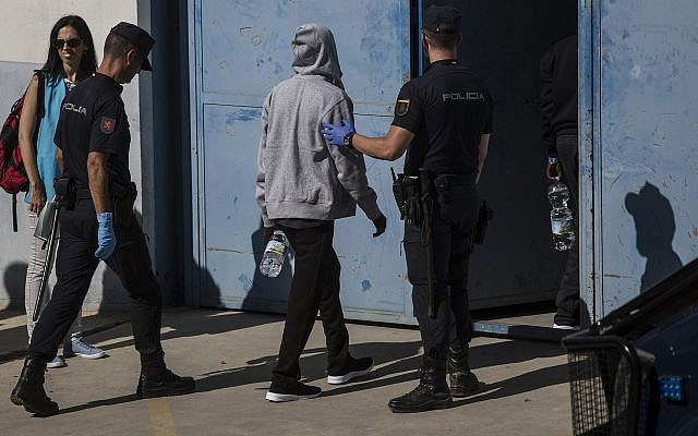 Illustration : des migrants conduits vers un centre pour réfugiés près d'Algerciras, en Espagne, le 9 août 2018. (Crédit : AP/Javier Fergo)
