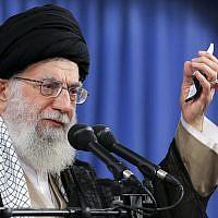 Le Guide suprême iranien, l'Ayatollah Ali Khamenei, lors d'une réunion à Téhéran, le 13 août 2018 (Crédit : Bureau du Guide suprême iranien via  AP)