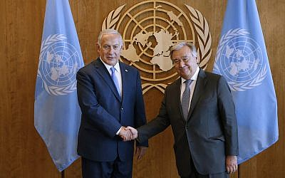 Le Premier ministre Benjamin Netanyahu (à gauche) rencontre le Secrétaire général des Nations Unies Antonio Guterres en marge de la 73e session de l'Assemblée générale des Nations Unies, au siège des Nations Unies, le 27 septembre 2018. (AP Photo/ Jason DeCrow)