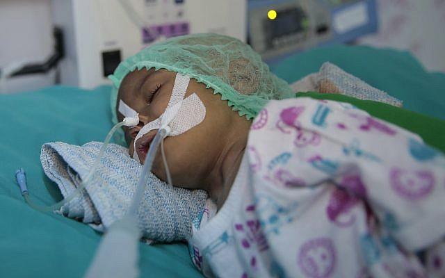 Un enfant souffrant de malnutrition pris en charge à l'hôpital d'Hodeida, au Yemen, le 27 septembre 2018. (Crédit : AP /Hani Mohammed)