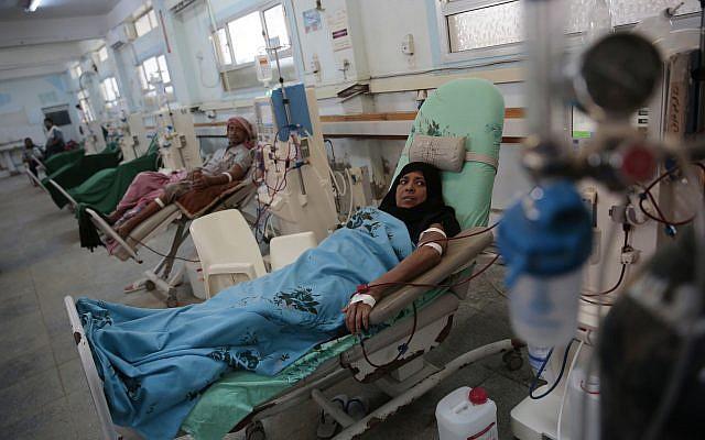 Des patients atteints d'insuffisance hépatique sont sous dialyse à l'hôpital d'Hodeida, le 27 septembre 2018. (Crédit : AP/Hani Mohammed)
