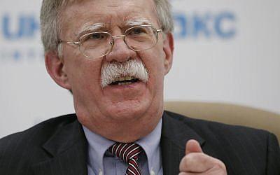 Le conseiller à la sécurité nationale John Bolton à une conférence de presse à Moscou, en Russie, le 23 octobre 2018. (Crédit : AP/Alexander Zemlianichenko)