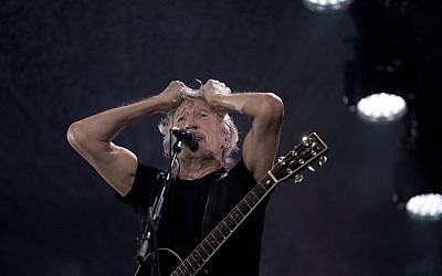 Le chanteur et compositeur britannique Roger Waters se produit lors de son concert de la tournée Us + Them au stade Maracana de Rio de Janeiro, au Brésil, le mercredi 24 octobre 2018. (Crédit : AP / Silvia Izquierdo)