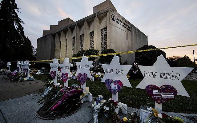 Un mémorial de fortune devant la synagogue Tree of Life à la suite d'une fusillade meurtrière à Pittsburgh, Pennsylvanie, le 29 octobre 2018. (Crédit : Matt Rourke/AP)