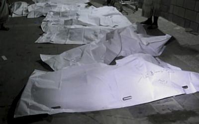 Les corps des victimes d'une frappe de la coalition saoudienne près de Hodeida, le 24 octobre 2018. (Crédit : AP)