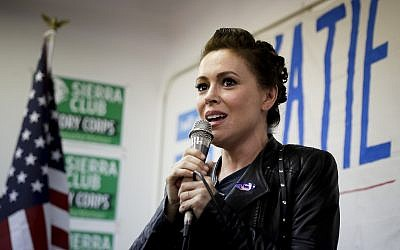 L'actrice Alyssa Milano durant un meeting de campagne pour la candidate démocrate Katie Porter en Californie, le 6 novembre 2018 (Crédit : AP/Chris Carlson)