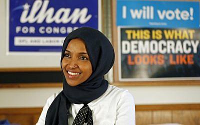 La démocrate Ilhan Omar est interviewée par l'Associated Press le mercredi 7 novembre 2018 à Minneapolis après avoir remporté la 5e circonscription du Congrès du Minnesota à l'élection de mardi. (AP Photo/Jim Mone)