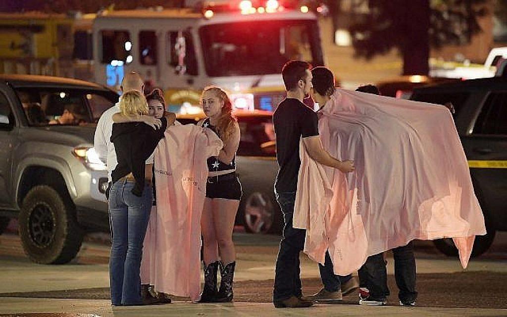 Des clients du bar en état de choc après une fusillade qui a fait 12 morts dans un bar de Thousand Oaks, en Californie, le 8 novembre 2018.(Crédit : AP/Mark J. Terrill)
