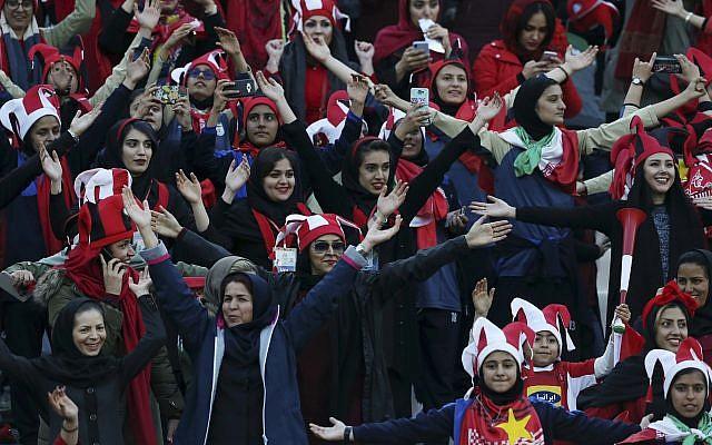 Des spectatrices iraniennes avant un match de football à Téhéran, le 10 novembre 2018. (Crédit : Vahid Salemi/AP)