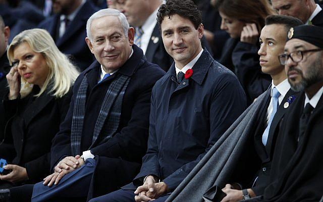 Le Premier ministre Benjamin Netanyahu, (deuxième à gauche), et son épouse second Sara, (à gauche), le Premier ministre canadien Justin Trudeau, le roi marocain Mohammed VI, (à droite), et le prince héritier Moulay Hassan lors des cérémonies à l'Arc de Triomphe, à Paris, le 11 novembre 2018 (Crédit : AP Photo/Francois Mori, Pool)