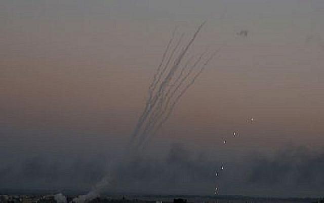 Des roquettes palestiniennes lancées vers Israël depuis Gaza, le 12 novembre 2018 (Crédit : AP/Hatem Moussa)