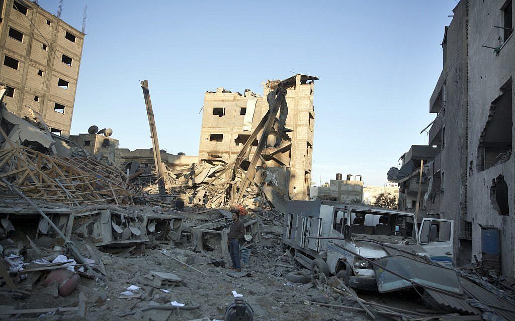 L'immeuble qui abritait la chaine du Hamas Al-Aqsa TV à Gaza détruit par l'armée israélienne. Photo du 13 novembre 2018 (Crédit : AP/Khalil Hamra)