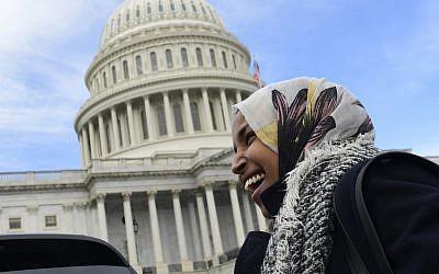 La représentante démocrate du Minnesota    Ilhan Omar pendant une interview au Capitole de Washington, le 14 novembre 2018 (Crédit : AP/Susan Walsh)