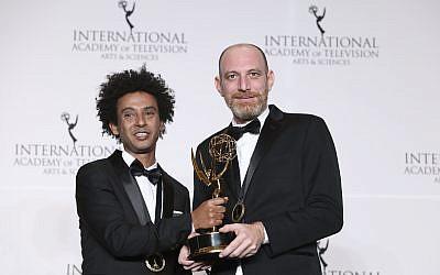 """L'acteur Yossi Vasa, (à gauche), et le réalisateur Shai Ben Atar posent dans la salle de presse avec leur prix de la meilleure comédie, """"Nebsu"""", lors du 46e gala international des Emmy Awards à New York, le 19 novembre 2018. (Amy Sussman/ Invision/ AP)"""