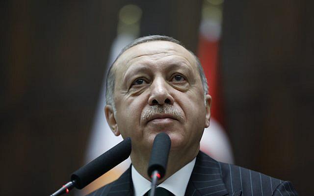 Le président turc Recep Tayyip Erdogan s'adresse aux élus de son parti à Ankara, le 20 novembre 2018. (Crédit : Burhan Ozbilici/AP)