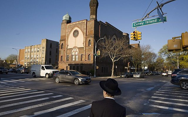 Un garçon juif se dirige vers une yeshiva dans le quartier de Brooklyn de New York, le 26 avril 2018. (AP/Mark Lennihan, dossier)