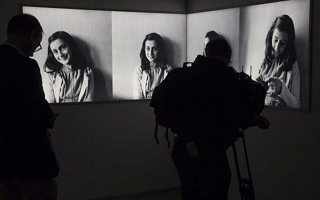 Des journalistes photographient le musée Anne Frank rénové, à Amsterdam, le 21 novembre 2018. (Crédit : AP/Peter Dejong)