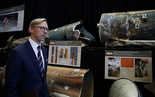 Brian Hook, représentant spécial américain pour l'Iran, devant des missiles à courte-portée iraniens (Qiam) à la base conjointe Anacostia-Bolling de Washington, le 29 novembre 2018 (Crédit : AP Photo/Carolyn Kaster)