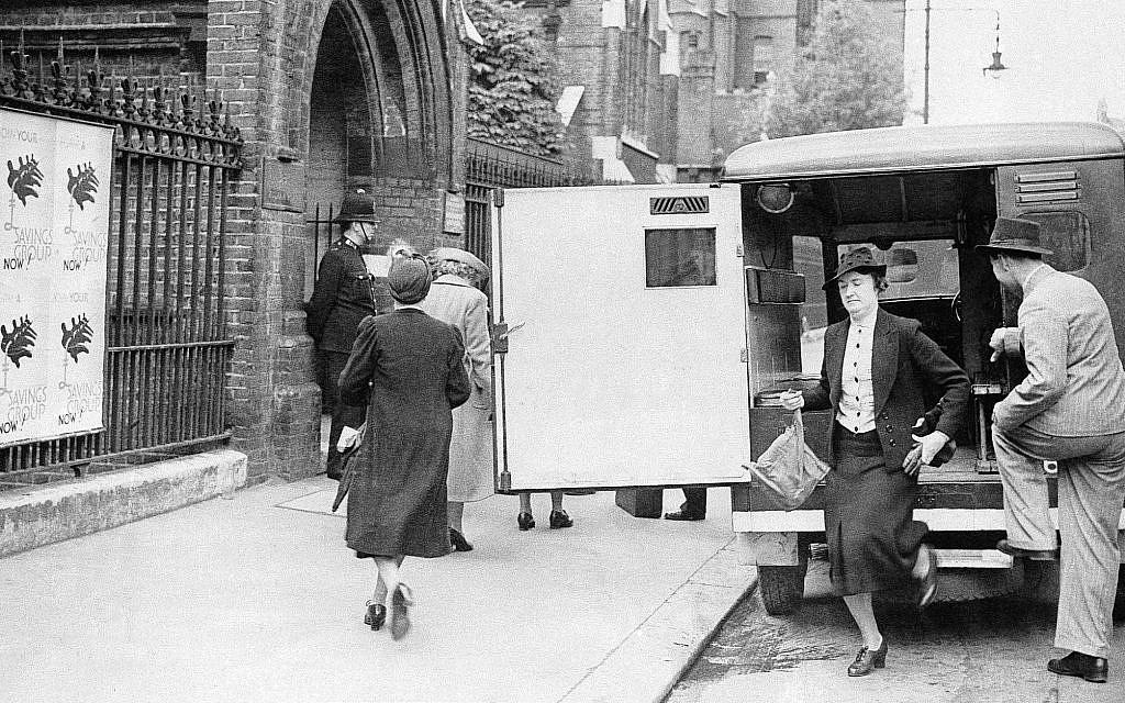 """Femmes de """"Catégorie B"""" arrivant au poste de police de Fulham Road à Londres, le 27 mai 1940, avant d'être internées dans des camps sur l'île de Man. (AP Photo)"""