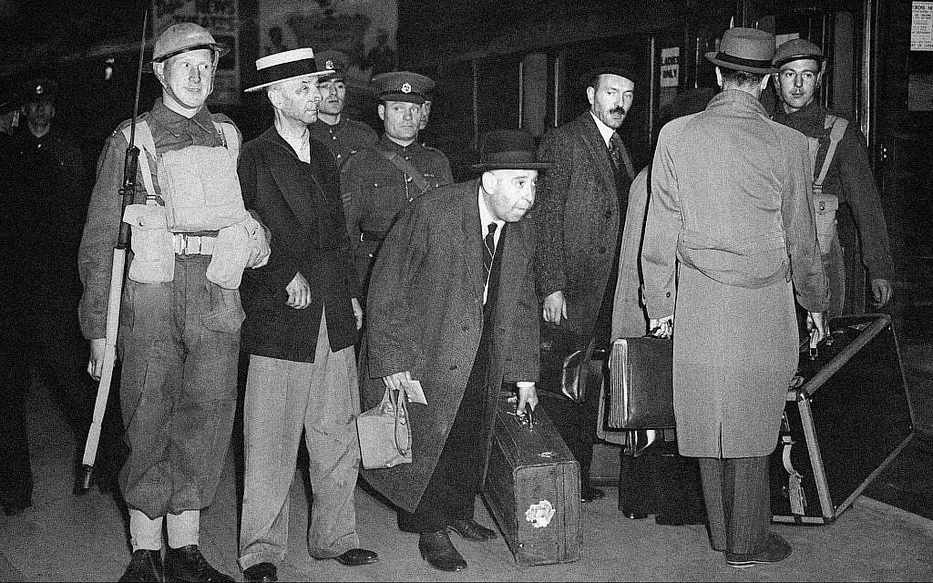 """Immigrants et autres """"suspects"""" en route vers un camp d'internement depuis Londres, 13 juin 1940. (AP Photo)"""