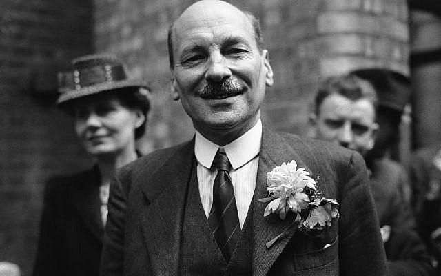 Clement Attlee avec Violet Atlee, à gauche, lors de la grande victoire remportée par le Labour, le 26 juillet 1945 (Crédit : AP Photo)
