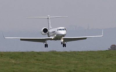 Illustration : un avion privé atterrit à l'aéroport de Biggin Hill, Londres (Crédit : AP Photo / Tim Ireland)