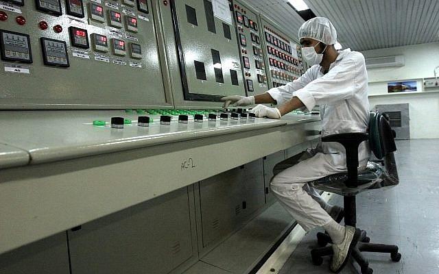 Dans cette photo d'archives du 3 février 2007, un technicien iranien travaille à l'installation de conversion d'uranium située à l'extérieur de la ville d'Ispahan à 410 km au sud de Téhéran. (Crédit : AP Photo / Vahid Salemi, Fichier)