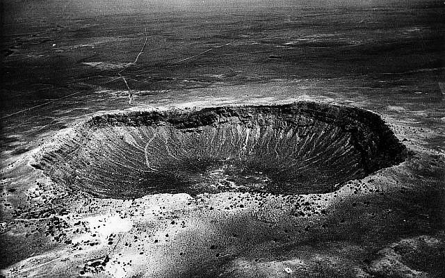 Catastrophe montrée sur une photo non datée du cratère météorique d'une largeur de 1,6 km près de Winslow, en Arizona. Le cratère a été creusé il y a 500 siècles lorsqu'un impact de météorite de 10 000 000 de tonnes a délogé 300 000 000 de tonnes de roche. Le cratère de 180 mètres de profondeur a une circonférence de 8 km. (AP photo/ho)