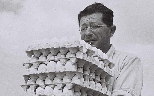 Un agriculteur de Sde Warburg transportant des œufs de son élevage de poules jusqu'à l'entrepôt, 1940 (GPO, domaine public/Wikimedia Commons)