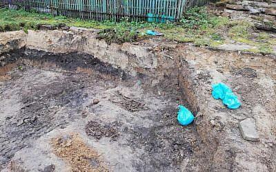 Des os dans des sacs poubelle sur un site de construction commencé en 2018 aux abords du plus ancien cimetière juif de Wysokie Mazowieckie en Pologne (Autorisation :  J-Nerations)