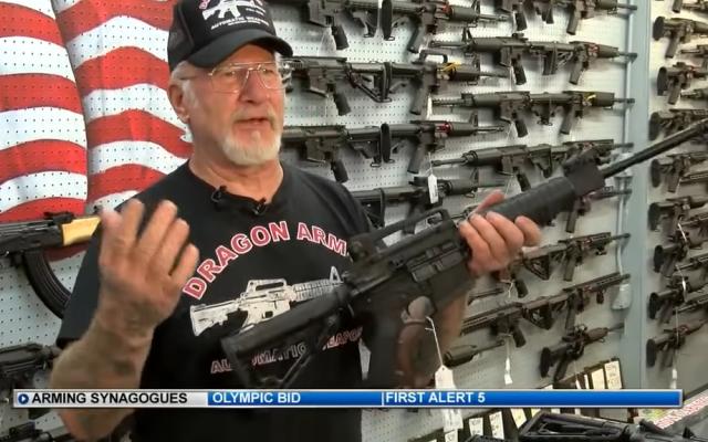 L'armurier Mel Bernstein proposer d'armer les rabbins après la fusillade de Pittsburgh. (Crédit : capture d'écran News5)