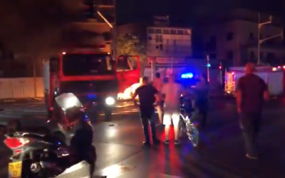 Les secours sur les lieux de l'explosion d'une voiture à Tel Aviv, un crime qui serait lié à la pègre, le 4 novembre 2018 (Capture d'écran)