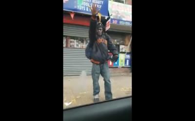 Un afro-américain fait le salut nazi à un Juif assis dans sa voiture à New York (Capture d'écran : YouTube)