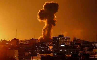 Une photo prise le 12 novembre 2018 montre la fumée s'élevant au-dessus du bâtiment abritant la chaîne de télévision al-Aqsa gérée par le Hamas dans la bande de Gaza lors d'une frappe aérienne israélienne. (Crédit : Mahmud Hams / AFP)