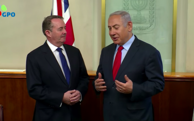 Liam Fox (g) et Benjamin Netanyahu, le 28 novembre 2018, à Jérusalem (Crédit : capture d'écran YouTube)
